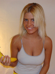Blondie peeling and eating a banana